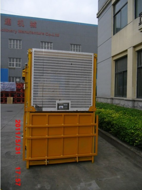 Single Cage 1000kg Material Personnel Hoist With Counterweight